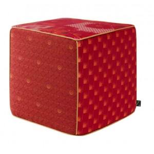 Pouf cube rouge en patchwork fleuri Hanatsugi K3 by Kenzo Takada
